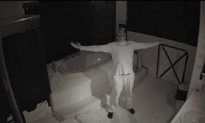 """Un hombre se arrepiente tras """"encerrar"""" a un amigo en un baño durante 1 mes en una apuesta de 100.000 euros"""