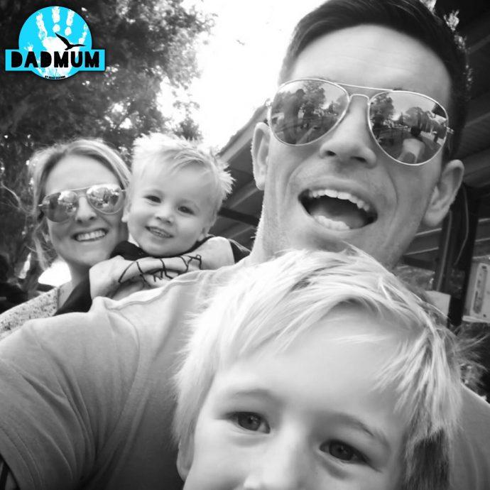 """Un padre de 3 niños cuenta lo """"poco"""" que hace su mujer en un día normal mientras se queda en casa con sus hijos"""